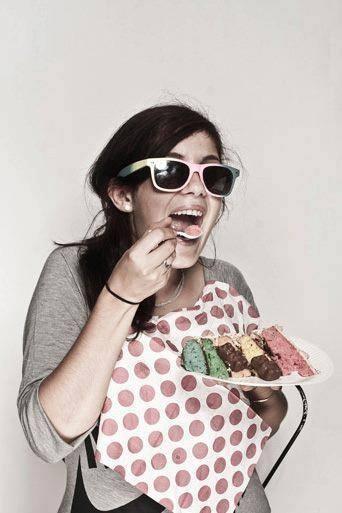 Chloé, ses lunettes et son gâteau d'anniversaire